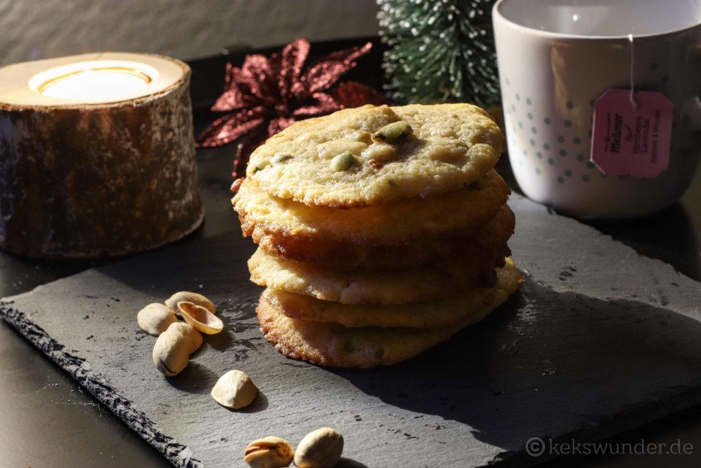 White chocolate cookies gestapelt mit Pistazien